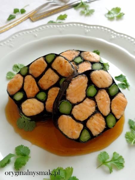 Roladka z łososiem i szparagami w nori z sosem tamaryndowym