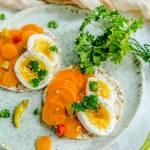 Kanapki z wafli z jajkiem i marynowaną na ostro marchewką