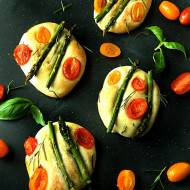 Focaccia ze szparagami, pomidorkami i rozmarynem