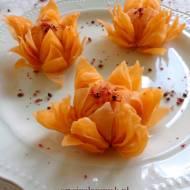 Kwiaty z ciasta nadziewane wędzonym łososiem i ryżem