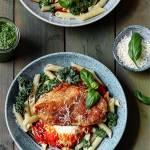 Panierowany kurczak z sosem pomidorowo paprykowym i pesto z jarmużu