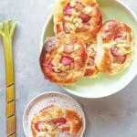 Drożdżówki z truskawkami i rabarbarem