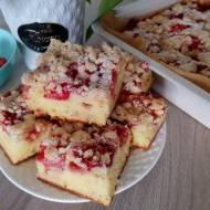 Jogurtowe ciasto z truskawkami i kruszonką