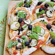 Mini pizze z cukinią i czarnymi oliwkami