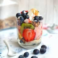 Śniadaniowy deser owocowy z kaszą jaglaną i domową granolą