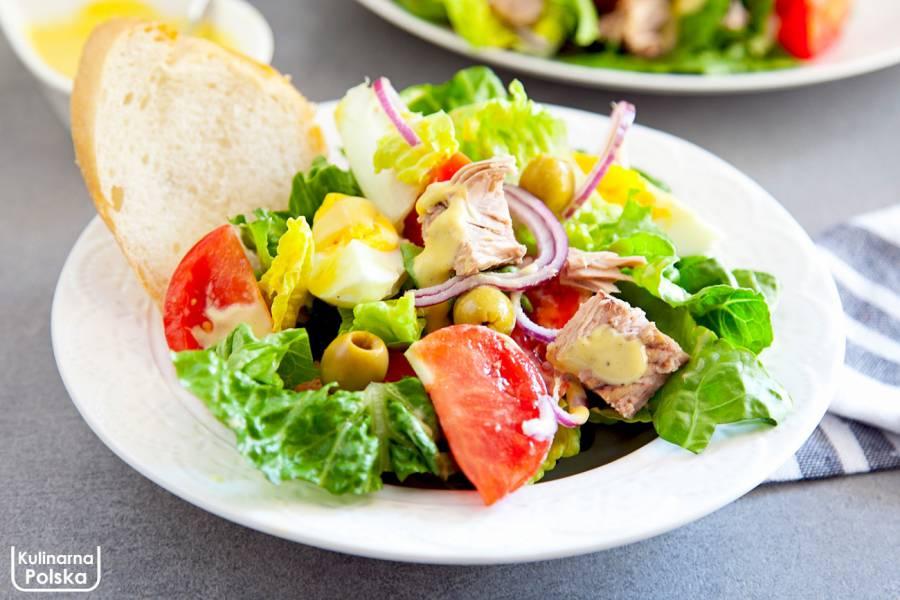 Sałatka nicejska z jajkiem i tuńczykiem. Idealna na szybki i lekki obiad. PRZEPIS