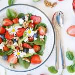 Wiosenno-letnia sałatka ze szpinakiem, pomidorkami i truskawkami