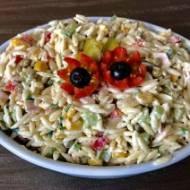Sałatka Orzo – z makaronem, szynką i warzywami