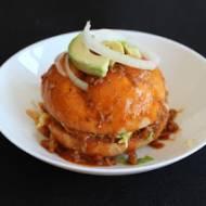 Meksykańskie Chanclas Poblanas z wołowiną chili, awokado i sosem