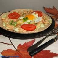 Tortille jako omlet na ostro z fasolą i jajem sadzonym