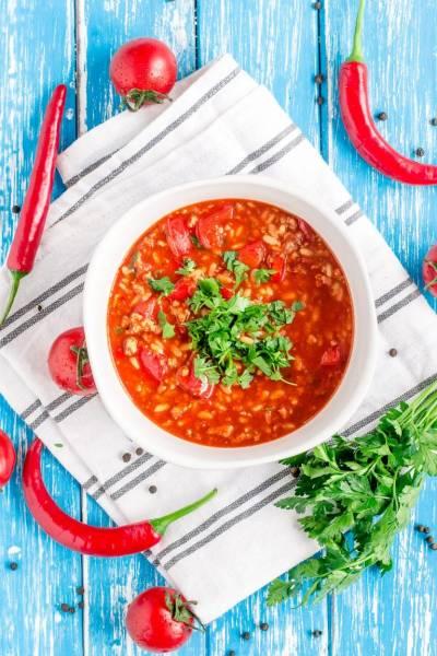 Pikantna zupa paprykowa z mięsem mielonym i ryżem