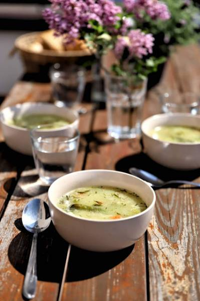 Wiosenna zupa z zielonymi szparagami