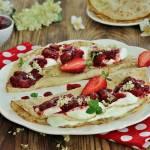Jogurtowe naleśniki z hyćką i truskawkami