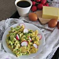 Serowa jajecznica z awokado i rzodkiewką