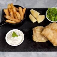 Ryba z frytkami, sosem tatarskim i groszkiem, czyli fish & chips