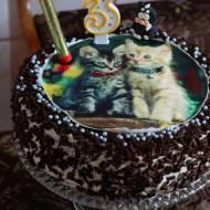 Urodzinowy tort brzoskwiniowy z kotkami
