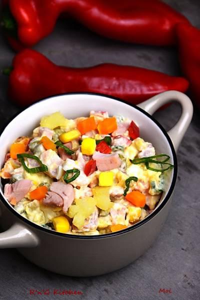 Sałatka warzywna z wędzonym kurczakiem