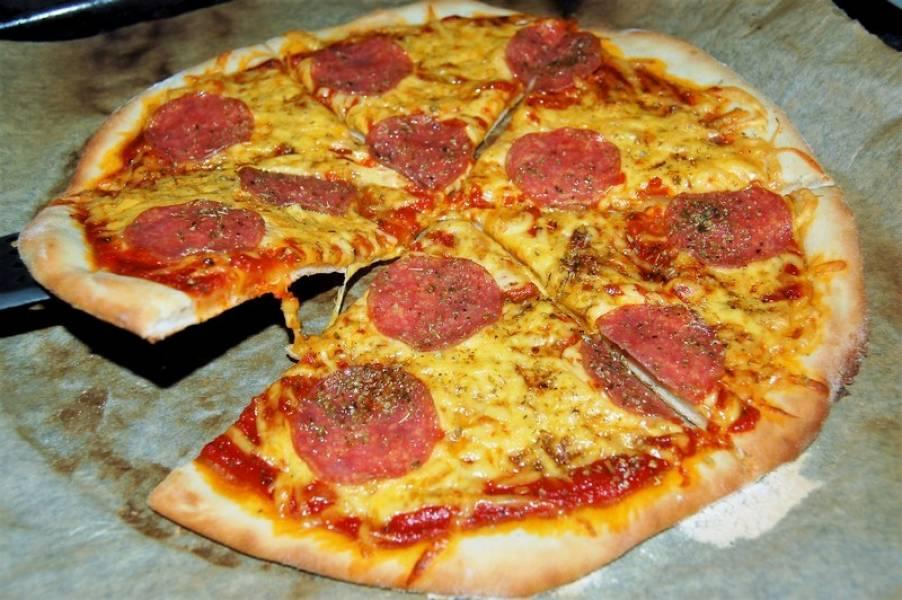 Prosta domowa pizza z salami