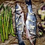 obiad, który robi się sam: Labraks pieczony ze szparagami i karczochem