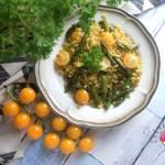 Pęczak ze szparagami, słonecznikiem i pomidorkami