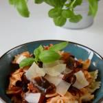 Makaron z sosem pomidorowym z pieczonym bakłażanem
