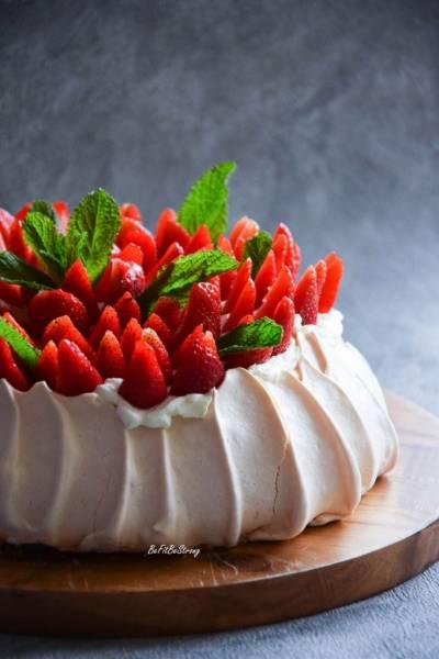Beza Pavlova – tort bezowy z truskawkami