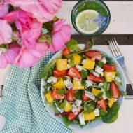 Letnia sałatka z truskawkami, mango i serem pleśniowym
