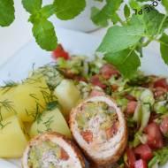 Roladki schabowe z młodą kapustą i pomidorami