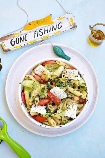 Sałatka makaronowa z warzywami i fetą