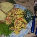 Jajecznica z pomidorami i szynką