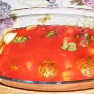 Pieczone klopsiki z indyka ze szpinakiem w sosie pomidorowym