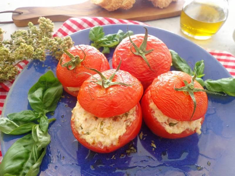 Faszerowane pomidory kaszą jaglaną, suszonymi pomidorami i oliwkami (Pomodori ripieni di miglio, pomodori secchi e olive)