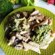 Makaron w sosie śmietanowym z pieczarkami i brokułami
