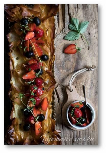 Tarta z ciasta filo z kozim serem i marynowanym truskawkami z oliwkami