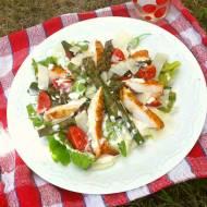 Sałatka z grillowanym kurczakiem i szparagami