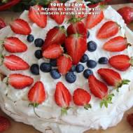 Tort bezowy z kremem śmietanowym i musem truskawkowym