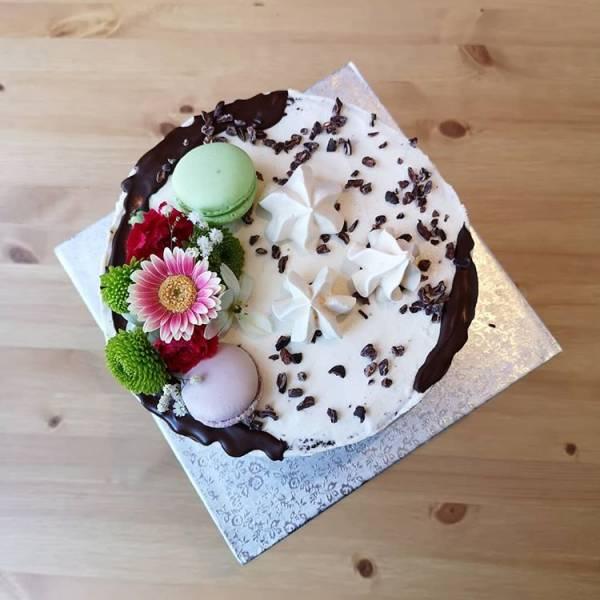 Tort z makaronikami i ziarnami kakaowca