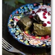 Dolma, tolma, dolamdes w liściach winorośli, czyli małe gołąbki z ryżem i mięsem