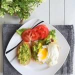 Grzanki z awokado i jajkiem sadzonym