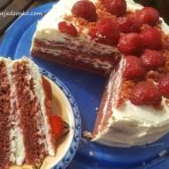 Czerwony tort truskawkowy z masą serową