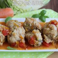 Delikatne pulpety nadziewane młodą kapustą i marchewką gotowane w sosie pomidorowym