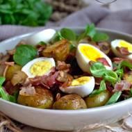 Letni obiad – młode ziemniaki z roszponką, jajkiem, boczkiem i pieczarkami