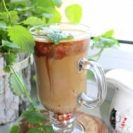 Letnia kawa z sorbetem truskawkowym i pastą daktylową