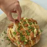 Chlebek zapiekany z szynką i serem