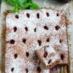 Proste ciasto czekoladowe z truskawkami