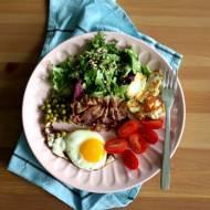 Sałatka z halloumi i sadzonym jajkiem