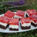 Ciasto z truskawkami i mascarpone na spodzie brownie