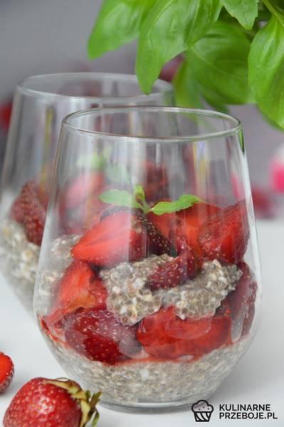 Deser z nasionami Chia i truskawkami