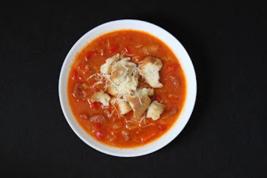 Pikantna zupa z chorizo w stylu hiszpańskim