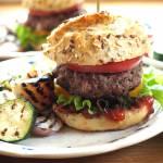 Hamburger wołowy z serem provolone